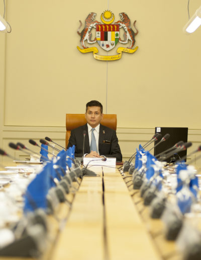 eddie-razak-trying-out-the-pms-seat-before-the-governance-council-meeting-at-pmo