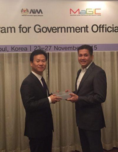 eddie-razak-with-dg-of-oecd-korea-policy-centre-nov-2015